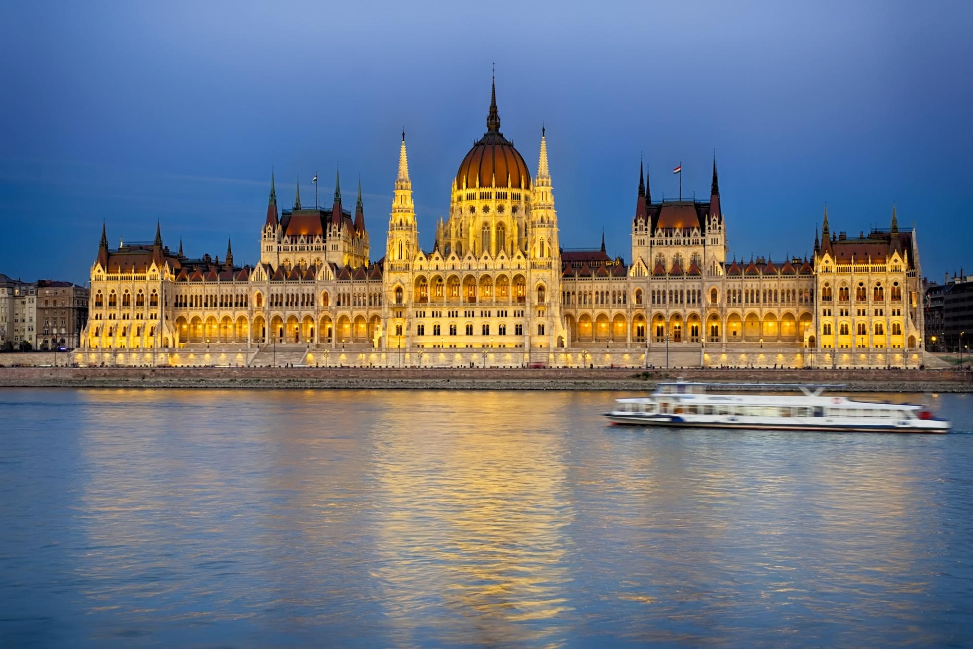 """Budapest, la capitale della mitteleuropa, La """"perla del Danubio"""" o la """"Parigi dell'est"""" sono le più comuni definizioni con le quali si prova a dare un'immagine di questa particolare capitale mitteleuropea. Una città connotata"""