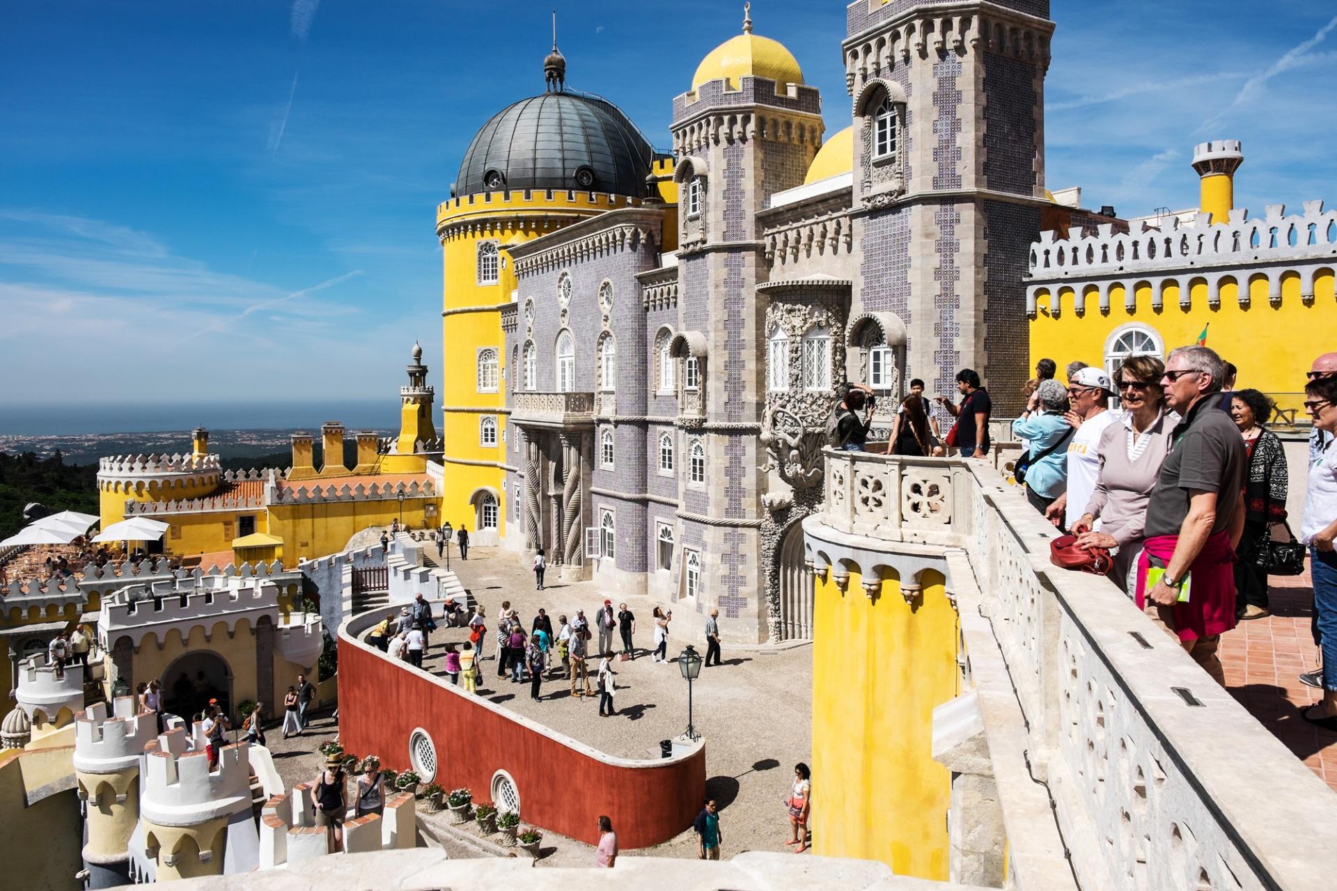 """Saudade de Lisboa, """"""""Sorge come una bella visione di sogno, stagliata contro un cielo azzurro e splendente che il sole allieta col suo oro. E le cupole, i monumenti, gli antichi castelli appena al di sopra di"""
