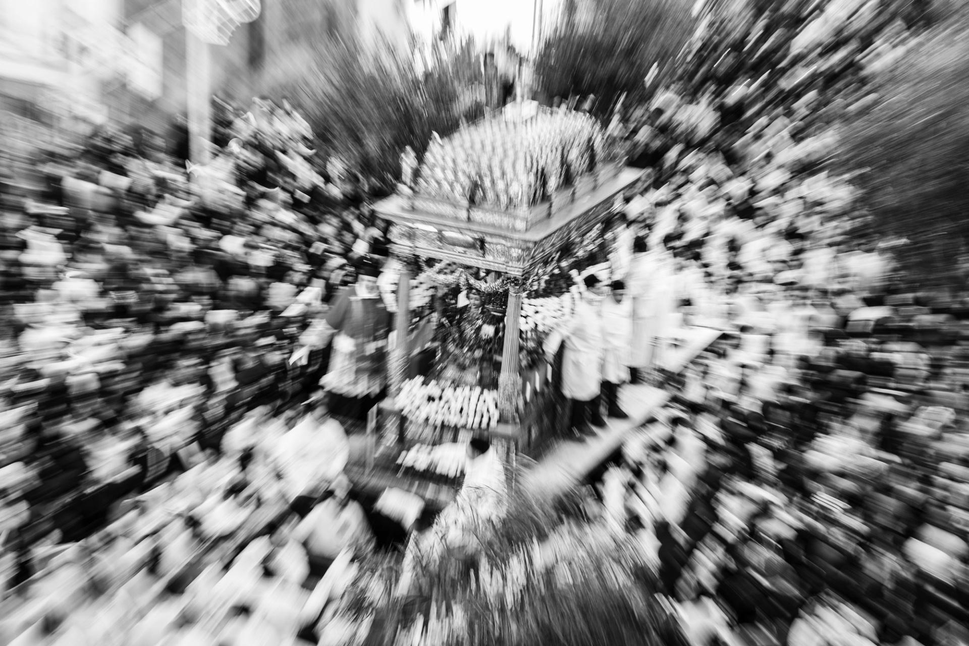 Sant' Agata, tra fuoco e fiamme, Il 17 agosto di quest'anno saranno esattamente 890 anni da quel 1126 che i catanesi si caricano sulle spalle enormi cannelore in segno di devozione alla loro Santa. Un peso considerevole che migliaia