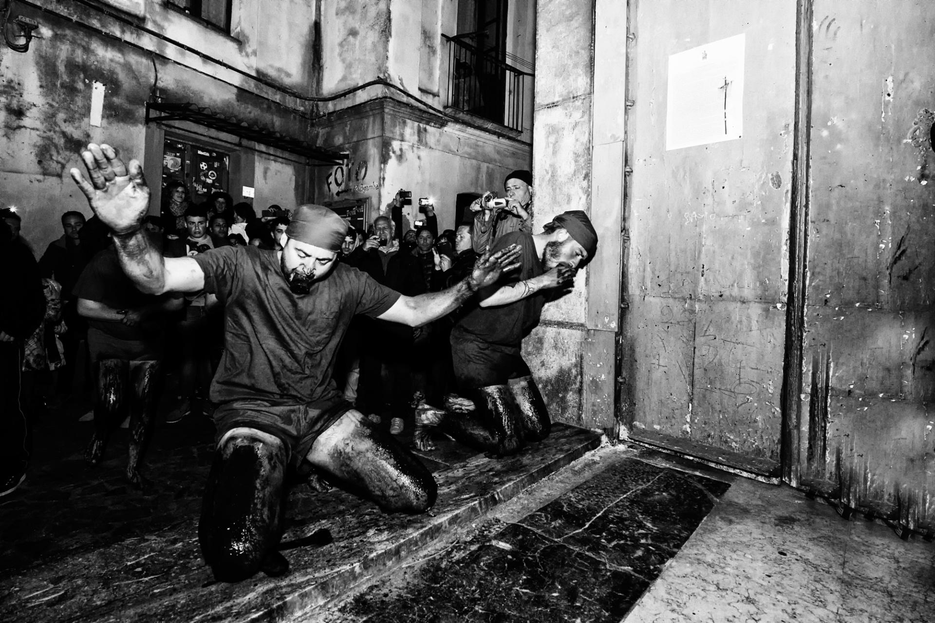 I battenti di Verbicaro, E' uno dei riti più antichi e cruenti della tradizione della settimana santa del sud dell'Italia. Pur essendo associato ai riti solenni e religiosi della Settimana Santa, quello dei