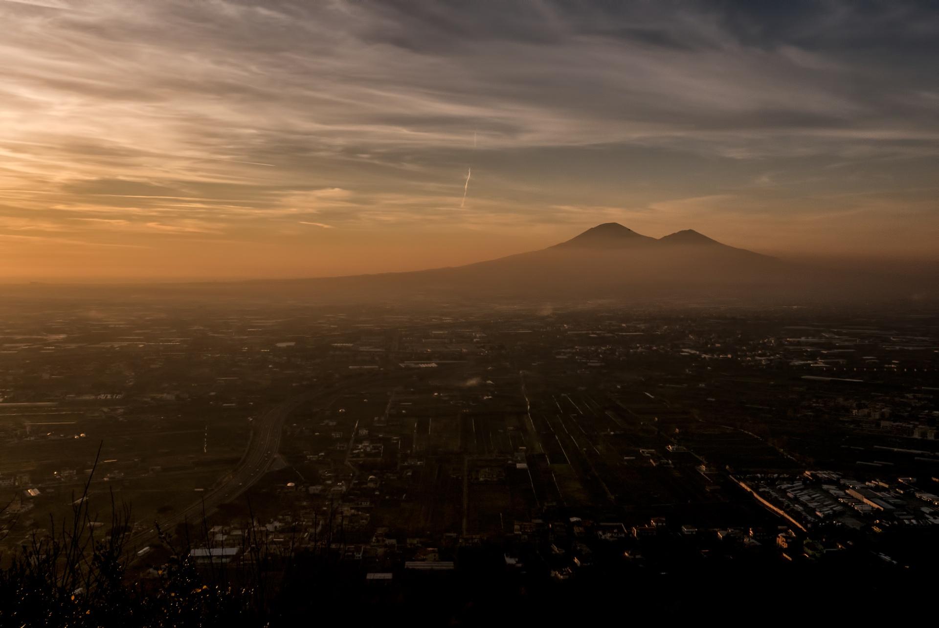 Vesuvio, Allora io, rivoltomi da quella parte con i miei limpidi occhi, contemplando quella figura informe e percorrendo con lo sguardo il suo aspetto, nient'altro che un ammasso nerastro di terra,