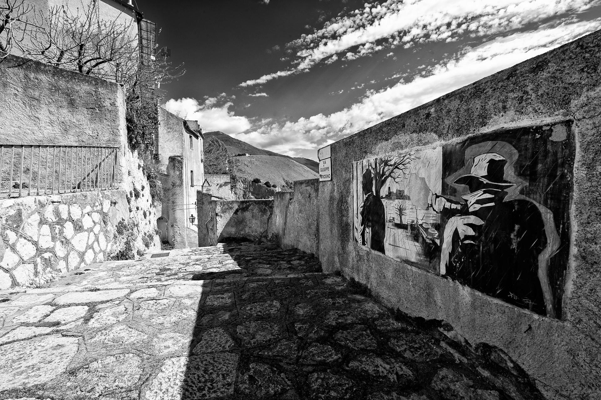 Joe Petrosino, vita e morte di un detective, Quando si sente parlare di Padula, piccolo borgo rurale sito nella Valle di Diano, a cavallo tra la Campania e la Basilicata (ma la sua provincia è Salerno), il collegamento più