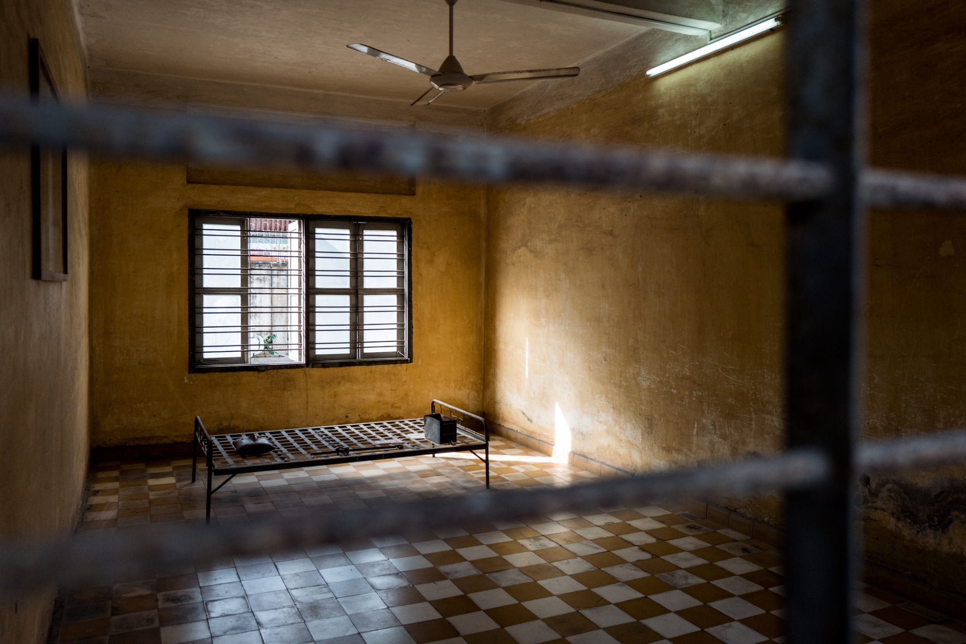 Cambodian Prison Toul Sleng - S-21, Il Toul Sleng era una scuola superiore, un luogo di cultura in cui la Cambogia si era prefissata di formare la classe dirigente del futuro. Poi, nel 1975, qualcuno decise di trasformarlo in un luogo