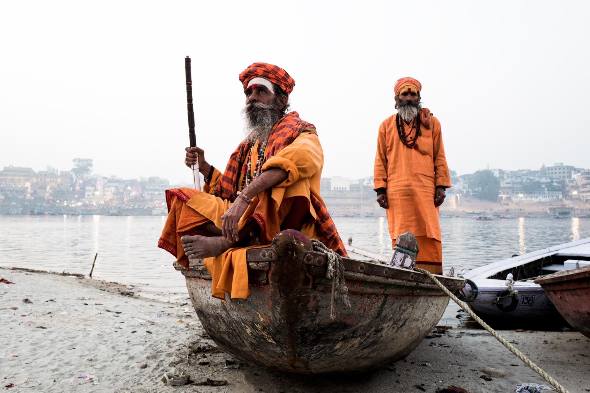 """India, tra i vicoli di Old Varanasi e gli slum di Kolkata, """"L'india, a meno di odiarla al primo impatto, induce presto a questa esaltazione: fa sentire ognuno parte del creato. In India non ci si sente mai soli, mai completamente separati dal resto. E qui"""
