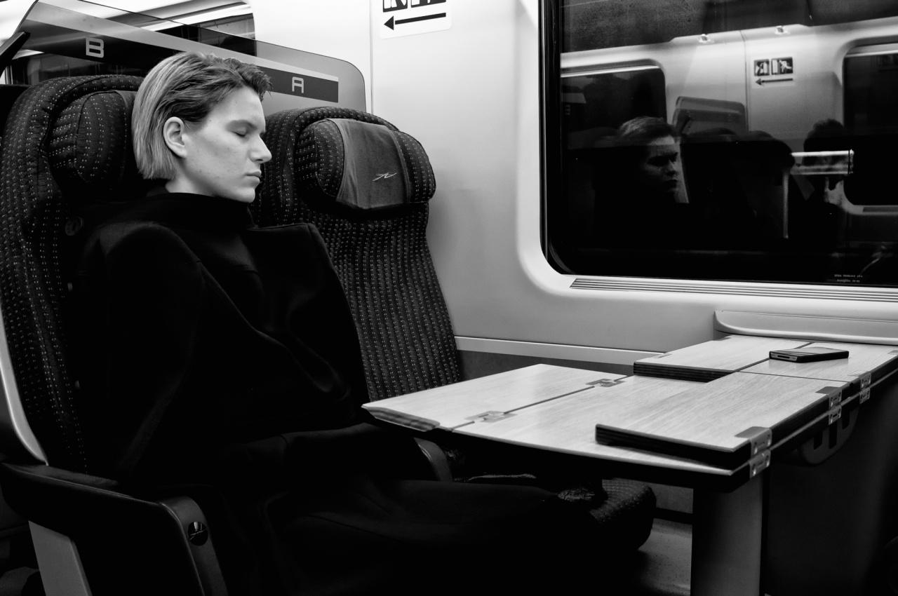Sogni di fede e speranza - Una ragazza polacca stanca del lungo viaggio si addormenta  nel treno che la porta a Roma per vedere il nuovo pontefice