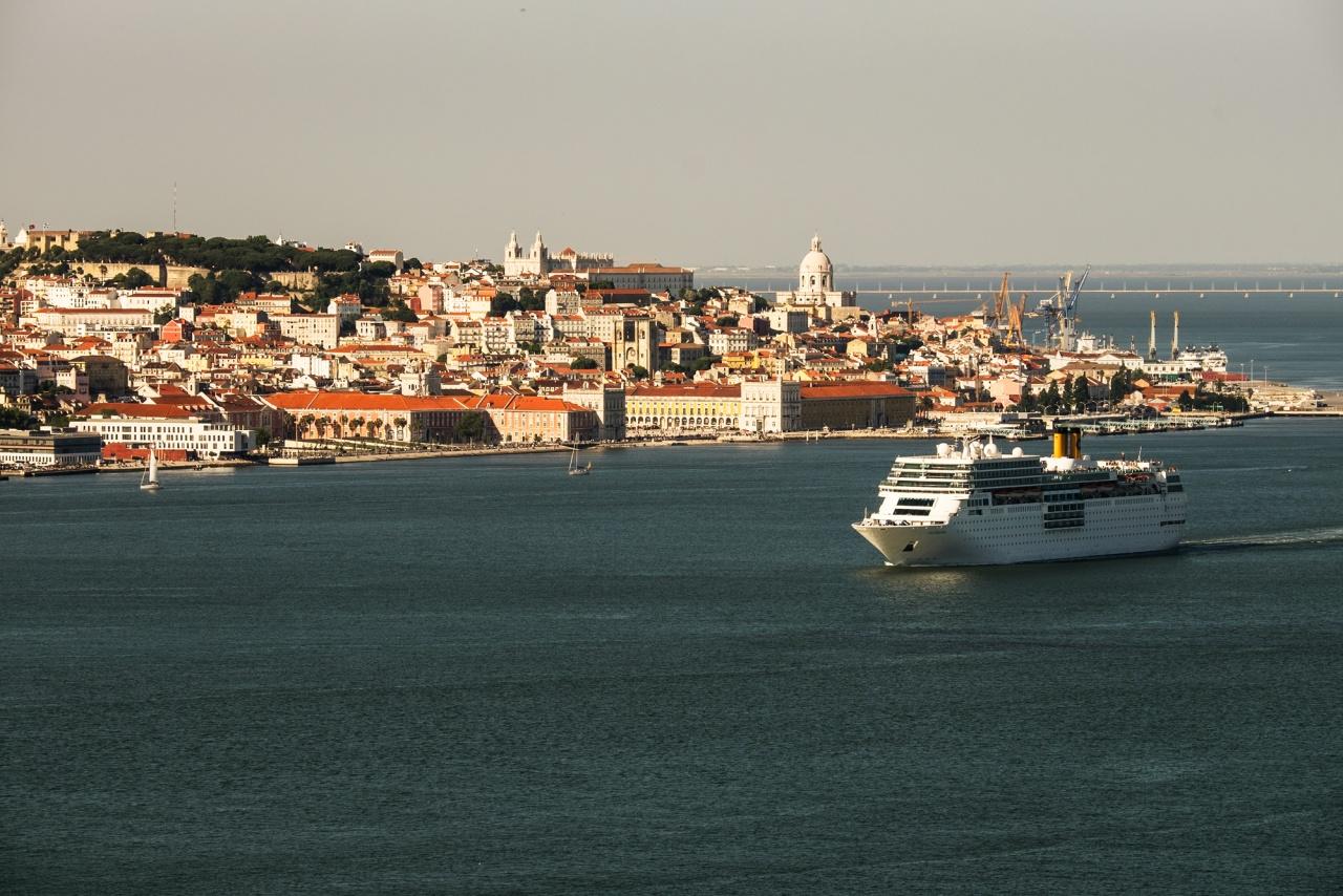 Lisbona - Panoramica sul quartiere dell'Alfama - Almada (Lisbona) 2014