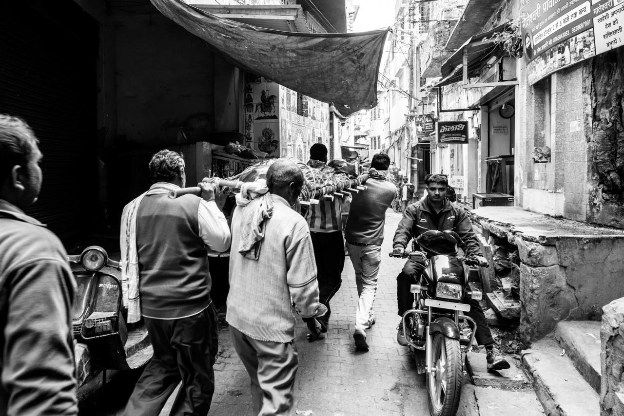 Corteo funebre nella old city - Un corteo funebre attraversa le strette vie della città vecchia in direzione del Manikarnika ghat - Varanasi, 2016