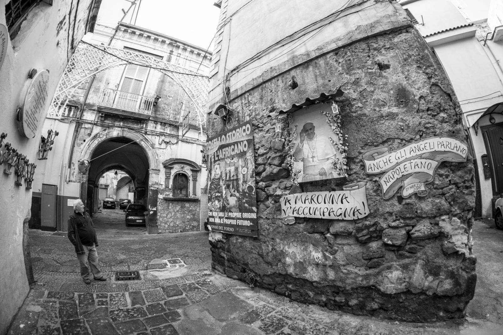 A Maronn v'accumpagn - L' icone di Papa Francesco orna l'ingresso a tosello storico de l' Africano, il soprannome con cui era noto il cantore Franco Tiano