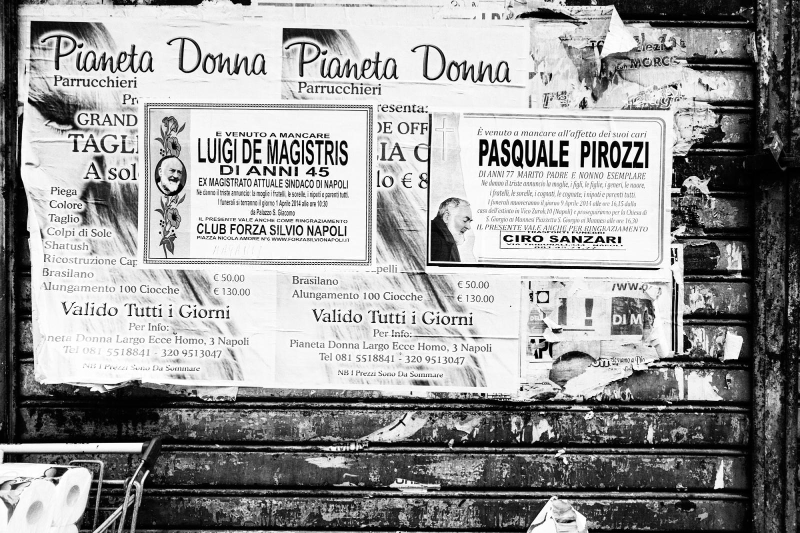 Luigi De Magistris, sindaco di Napoli - Un modo bizzarro col quale i napoletani dimostrano il proprio affetto per il loro primo cittadino - Napoli, 2015