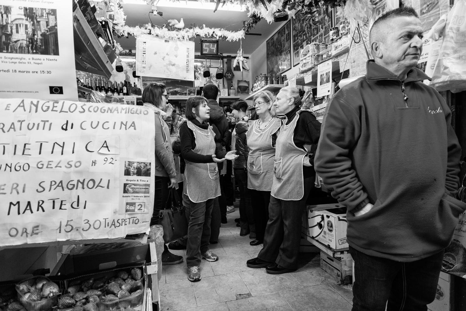 Aspiranti masterchef napoletani - Ortofrutta Scognamiglio - Via Lungo Gelso, quartieri Spagnoli, Napoli, 2014