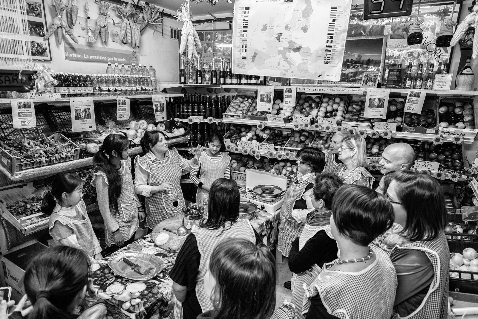 Lezione di cucina - Ortofrutta Scognamiglio - Via Lungo Gelso, quartieri Spagnoli, Napoli, 2014