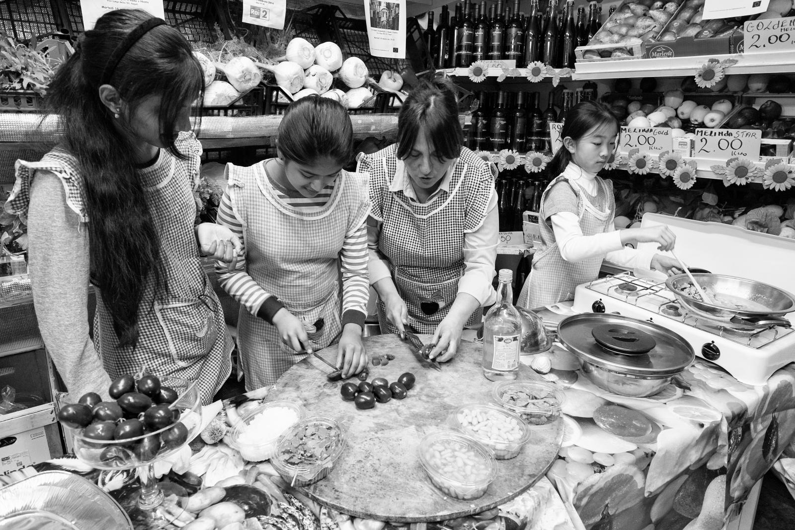 Contaminazioni gastronomiche - Ortofrutta Scognamiglio - Via Lungo Gelso, quartieri Spagnoli, Napoli, 2014