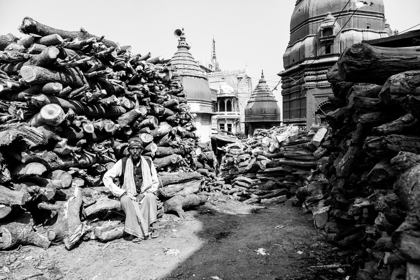 Di legno e di fuoco - Cumuli di legno di faggio accatastati nei pressi del Manikarnika ghat - Varanasi, 2016