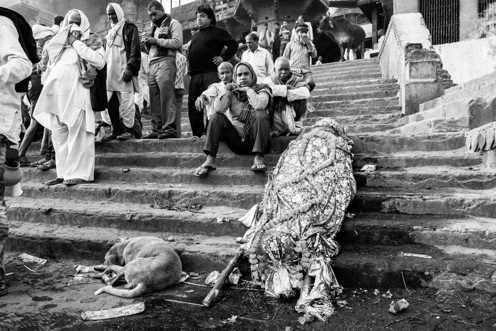 L'attesa prima della fine - Una salma attende il suo turno prima di ardere su una pira posta sulla riva del Gange - Varanasi, 2016